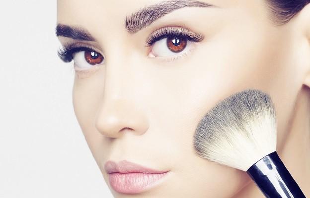 624-400-konturirane-lice-zhena-kozmetika-grim